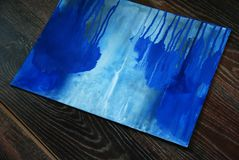 Blauwe het schilderen borstel en kaars in kandelaar royalty-vrije stock afbeelding
