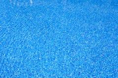 Blauwe het watertextuur van de tegelspool op de zomerdag Stock Foto