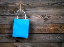 Blauwe het Winkelen zak op een houten achtergrond, verkoop, aankoop stock afbeeldingen