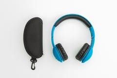 Blauwe hoofdtelefoons en zonnebrilgevaldoos Royalty-vrije Stock Foto's