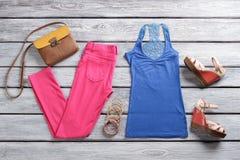 Blauwe hoogste en roze broek Stock Fotografie