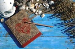 Blauwe houten achtergrond met zand en shells, antieke notitieboekjewi Royalty-vrije Stock Afbeelding