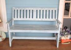 Blauwe houten bank Stock Afbeeldingen