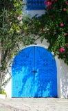 Blauwe houten garagepoort in Tunesische Arabische stijl royalty-vrije stock afbeeldingen