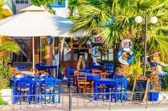 Blauwe houten lijsten in Grieks restaurant Stock Afbeelding