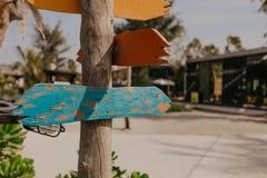Blauwe houten pijlwijzer - Beeld stock afbeelding