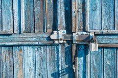 Blauwe houten poort met slot stock afbeelding