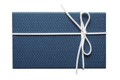Blauwe huidige doos met wit lint voor seizoengebonden die gift en groetkaartontwerp op witte achtergrond wordt geïsoleerd stock afbeeldingen