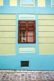 Blauwe huisvoorgevel met houten venster van Sighisoara-stads oud Ce royalty-vrije stock foto's