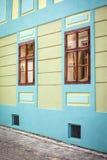 Blauwe huisvoorgevel met houten vensters van Sighisoara-stad oud c royalty-vrije stock afbeelding