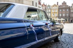 Blauwe huwelijksauto die op bruid wachten royalty-vrije stock afbeeldingen