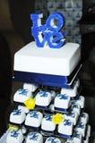 Blauwe huwelijkscake stock afbeeldingen