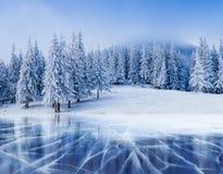 Blauwe ijs en barsten op de oppervlakte van Royalty-vrije Stock Foto's