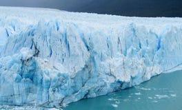 Blauwe ijs patagonian gletsjer stock afbeeldingen