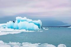 Blauwe ijsbergen in de ijzige lagune van Jokulsarlon Stock Fotografie
