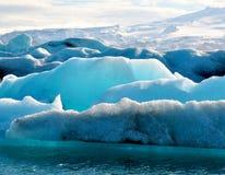 Blauwe ijsbergen in IJsland Stock Foto's