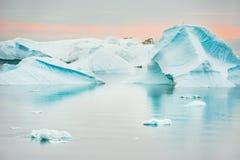 Blauwe ijsbergen op de kust van de Atlantische Oceaan in Groenland royalty-vrije stock afbeelding