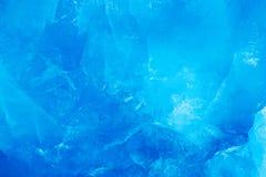 Blauwe ijsmuur Blauwe ijs en berg Het de winternoordpoolgebied Witte sneeuwberg, blauwe gletsjer Svalbard, Noorwegen Ijs in oceaa royalty-vrije stock foto's