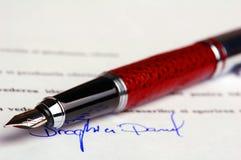 Blauwe inkthandtekening op financieel document Stock Foto's
