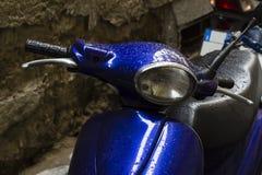 Blauwe Italiaanse autoped op de straat na regen Stock Foto's