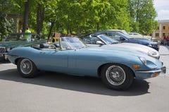 Blauwe Jaguar-e-Type Open tweepersoonsauto (OTS) Reeks 2, een zijaanzicht Tentoonstelling-parade van sportwagens Turku, Finland Stock Fotografie