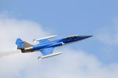 Blauwe jetfighter royalty-vrije stock afbeeldingen