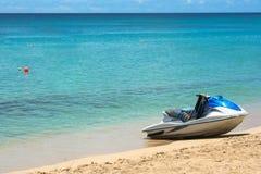Blauwe jetski op zand bij strand in Barbados Stock Fotografie