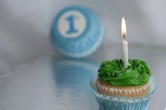 Blauwe jongen cupcake en symbool met kaars Royalty-vrije Stock Fotografie