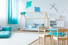 Blauwe jongensslaapkamer stock afbeeldingen
