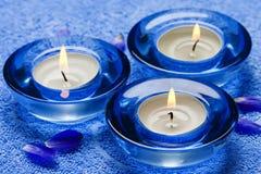 Blauwe kaarsen in kuuroord Stock Afbeelding