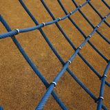 Blauwe kabel netto in de speelplaats in de straat stock foto