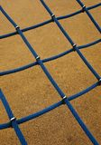Blauwe kabel netto in de speelplaats in de straat stock afbeelding