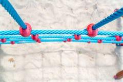 Blauwe kabels van het beklimmen van muur bij speelplaats Royalty-vrije Stock Afbeelding