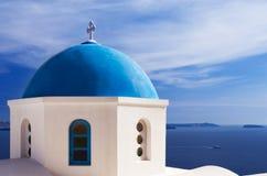 Blauwe kerkkoepel in Santorini, Griekenland Stock Afbeeldingen