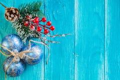Blauwe Kerstmis met Kerstmisballen Stock Foto's
