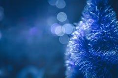 Blauwe Kerstmisachtergrond met Kerstboom en Kerstmislichten Royalty-vrije Stock Fotografie