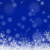 Blauwe Kerstmisachtergrond met sneeuwvlokken Stock Afbeeldingen