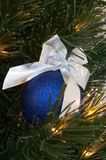 Blauwe Kerstmisbal royalty-vrije stock afbeelding