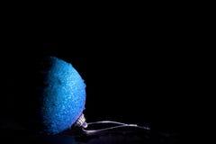 Blauwe Kerstmisbal royalty-vrije stock fotografie