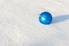 Blauwe Kerstmisbal Stock Foto's