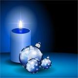 Blauwe Kerstmisbal en kaars vector illustratie