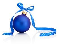 Blauwe Kerstmisbal met lintboog die op witte achtergrond wordt geïsoleerd Stock Foto