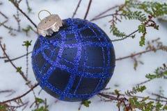 Blauwe Kerstmisbal op heide met verse sneeuw Royalty-vrije Stock Foto's