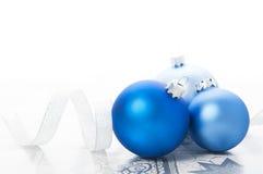 Blauwe Kerstmisballen en zilveren lint op vakantieachtergrond Stock Foto