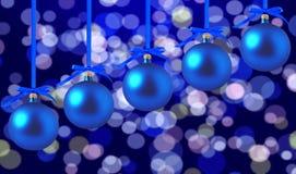 Blauwe Kerstmisballen met bogen op heldere vakantieachtergrond Royalty-vrije Stock Afbeeldingen
