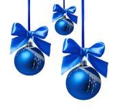 Blauwe Kerstmisballen met geïsoleerd lint Stock Foto's