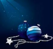 Blauwe Kerstmisballen op donkere achtergrond met licht Royalty-vrije Stock Fotografie