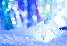 Blauwe Kerstmisballen op wit bont Stock Afbeelding