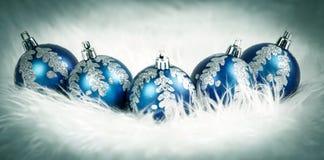 Blauwe Kerstmisballen op witte feestelijke achtergrond Stock Foto's