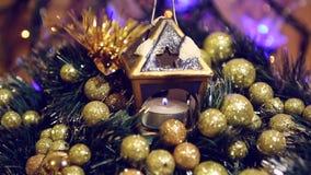 Blauwe Kerstmiskandelaar met onduidelijk beeldachtergrond stock footage